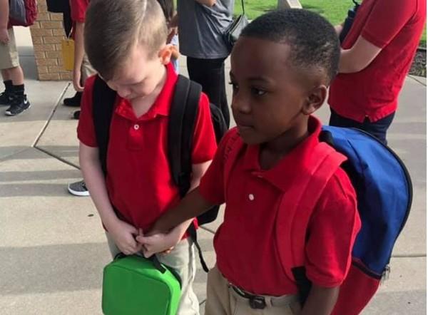 ▲▼男童幫助自閉症同學。(圖/翻攝自Facebook/Courtney Coko Moore)