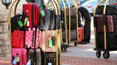 「可以先放行李嗎」怎麼說?出國求幫忙3句型 有禮貌好人緣Get!