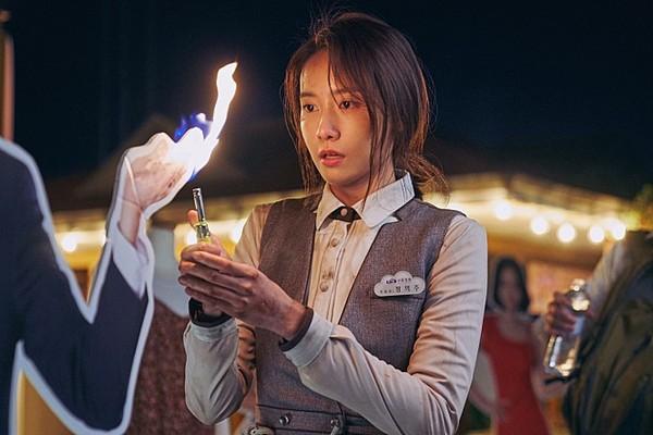▲▼潤娥、 曹政奭在電影裡高空逃生,緊張又刺激。(圖/車庫提供)