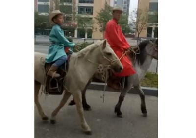 小一新生騎馬報到 超狂爸宣揚文化
