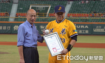 彭政閔最終戰 韓國瑜親送「市長簽名球」
