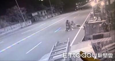 女騎士雙黃線迴轉 遭對向車道撞上