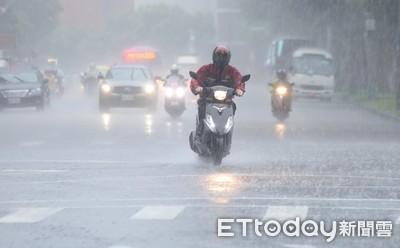 鄭明典撐傘還是溼! 18縣市防豪大雨