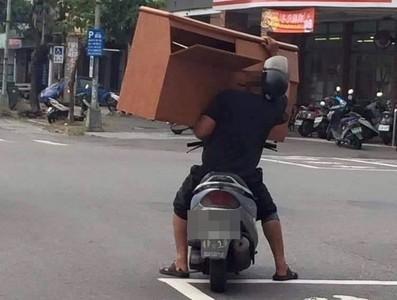 台灣人騎車日常 手扛巨大床頭櫃