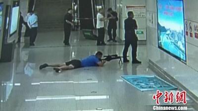 18歲男挾持正妹...特警槍藏胯下擊斃