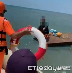 舢舨故障翻覆海巡迅速出艇救人