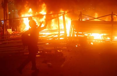 港示威者灣仔堆物點火「黑煙狂竄」
