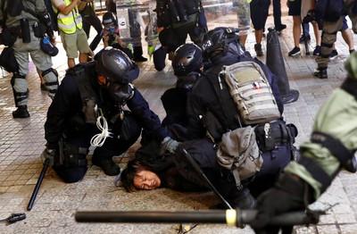 即/港警維園穿黑衣「扮示威者」與民眾拉扯