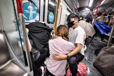 地鐵濺血!港警凌晨聲明、港網友怒反擊