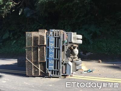 北宜公路落石 砸中小貨車