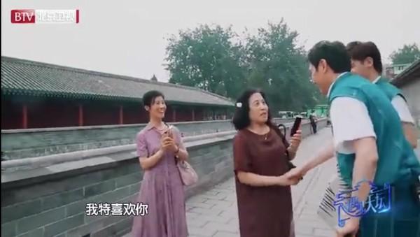 ▲▼大媽街頭捕獲野生馮紹峰,追問趙麗穎。(圖/翻攝自微博/微博綜藝)