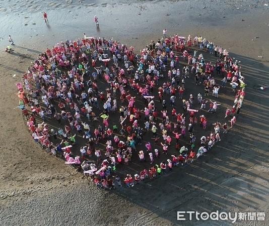▲3000多位民眾夜觀護藻礁,排成愛心圖案。(圖/潘忠政提供)
