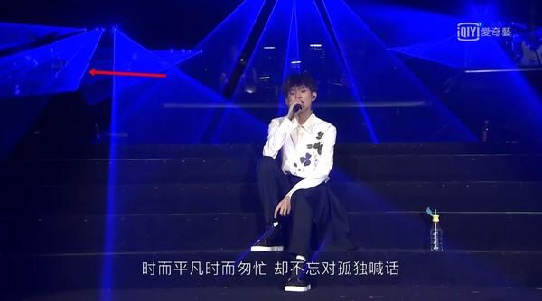 ▲王源演唱會上,大型舞台設備突然掉落。(圖/翻攝自愛奇藝)