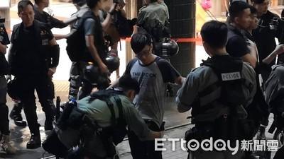 快訊/港警碼頭埋伏 隨機攔人搜身「拍身分證」