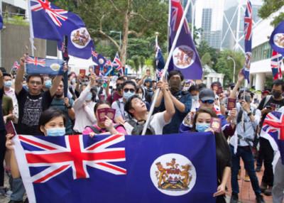 700名港人聚集英駐港領事館前「爭取居英權」