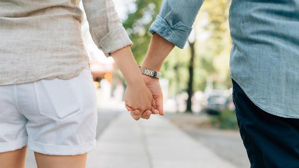 ▲情侶,牽手,夫妻,約會,愛情。(圖/取自免費圖庫Pixabay)