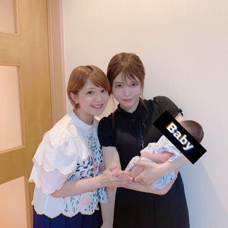 ▲益若翼(右)和矢口真里(左)開心與矢口兒子合照。(圖/翻攝自Instagram/tsubasamasuwaka1013)