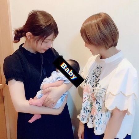 益若翼(右)和矢口真里(左)看寶寶的眼神很有愛。(圖/翻攝自Instagram/tsubasamasuwaka1013)