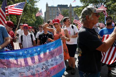 「異性戀驕傲」遊行 警逮34人收場