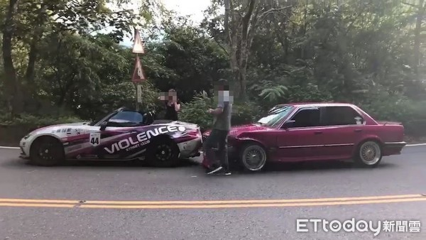 ▲▼BMW車主與MAZDA車主行車糾紛,2人互毆濺血             。(圖/民眾提供)