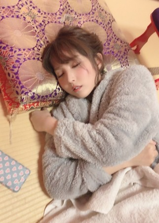 ▲三上悠亞睡覺被經紀人偷拍。(圖/翻攝自推特)
