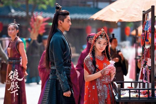 郭書瑤(右)和王大陸(左)因為製作人陳玉珊的關係合作《狼殿下》,但戲外卻傳出2人關係並不好。