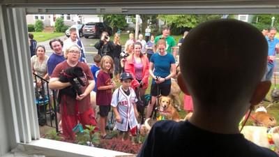 3歲男孩腦癌被限制在家 暖心鄰居聚集窗前 每天排隊表演逗樂他