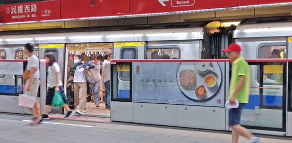 民權西路站月台閘門貼