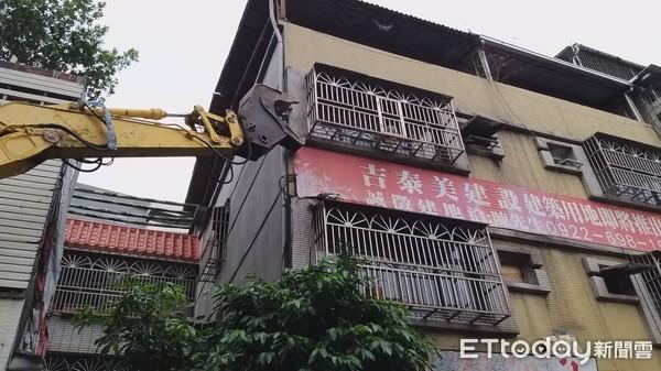 ▲▼板橋府中段危老重建今天舉行動土拆除儀式。(圖/記者黃靖惠攝)