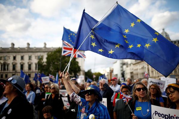 ▲▼反脫歐人士4日聚集在英國國會外。(圖/路透)