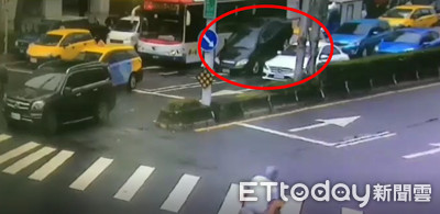 自小客撞前車太緊張 猛倒車「疊疊樂」小黃