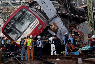 貨車疑拋錨 日列車時速120急撞