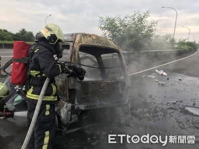 快訊/小貨車自撞起火!警消尋獲焦屍