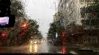 中秋遇強颱來襲!豪雨狂炸「沒人防颱堆沙包」 記者:整條街都在烤肉