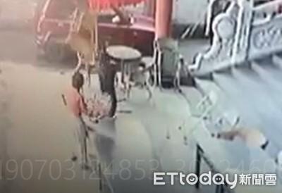 過分!掄椅子打趴85歲嬤還猛踹頭