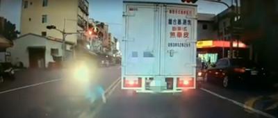 轎車遭「機車逆向擦撞」還被告傷害
