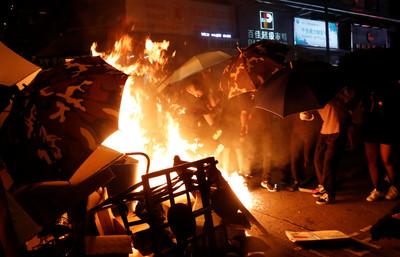 示威者圍旺角警署放火燒雜物!警方舉橙旗警告