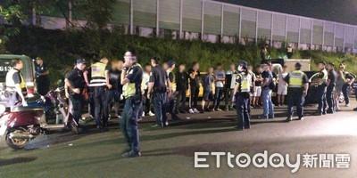 20人被逮喊:去烤肉!警搜草叢見西瓜刀+甩棍
