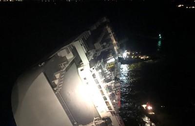 貨輪美東翻覆冒黑煙 4人仍受困