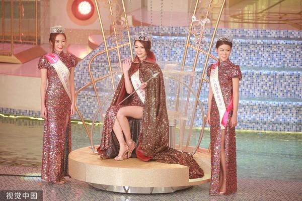 ▲▼2019年香港小姐出爐,冠軍黃嘉雯(中),亞軍王菲(左),季軍古佩玲(右)。(圖/CFP)