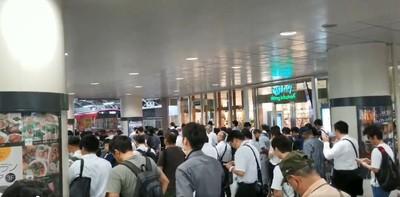法西颱風撲關東 人潮擠出車站…