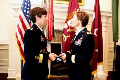 美軍244年來首對「將軍姐妹花」!