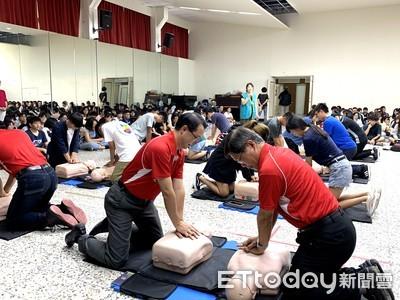 中華醫大新生訓練施作CPR作見面禮