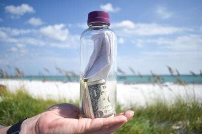 海邊神秘玻璃瓶 內裝「骨灰+4美元」