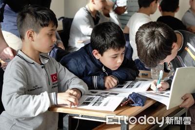 不讓敘難民小孩變文盲 照亮孩童回家路