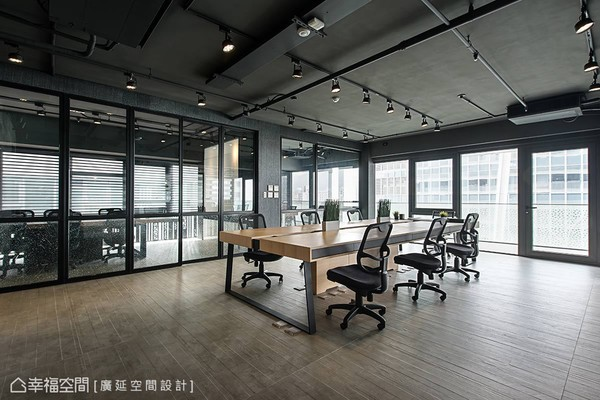 華麗上班族!大量落地窗打造明亮空間 辦公室變身美式電影場景
