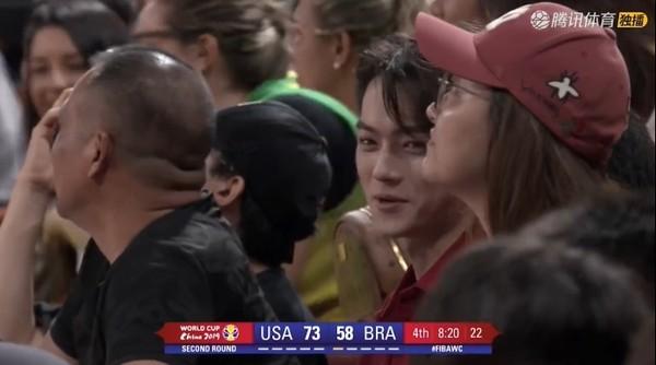 ▲▼世界杯籃球賽轉播中,畫面突然捕獲到野生許凱。(圖/翻攝自微博)