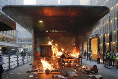 多個車站被示威者破壞、縱火