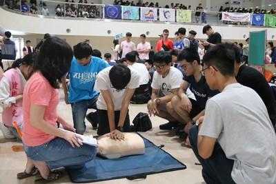 台中弘光科大開學第一課 千名新生上CPR