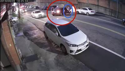 雙黃線違規迴轉 遇不煞車直擊